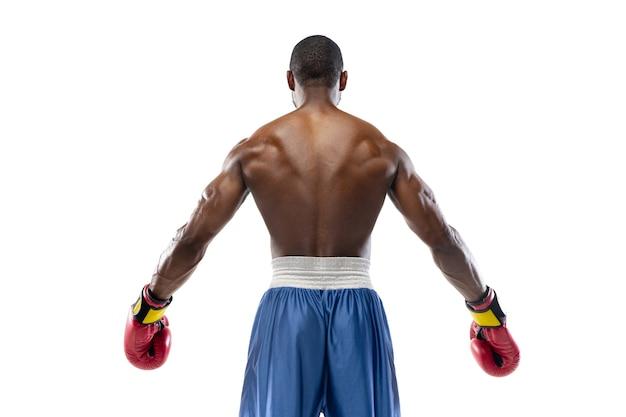 Professionele bokser die op witte studiomuur wordt geïsoleerd