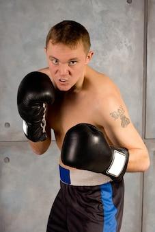Professionele bokser die zorgvuldig kijkt