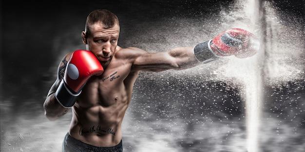 Professionele bokser doorbreekt de barrière met een handschoen. er is stof en vuil overheen gemorst. 3d-weergave. sport concept. gemengde media