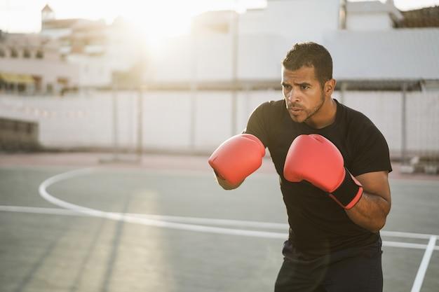 Professionele bokser training buiten in stadspark - soft focus op linker handschoen