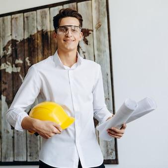 Professionele bouwer met een helm met tekeningen