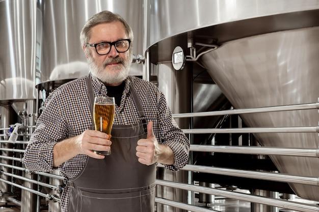 Professionele brouwer op zijn eigen ambachtelijke alcoholproductie.