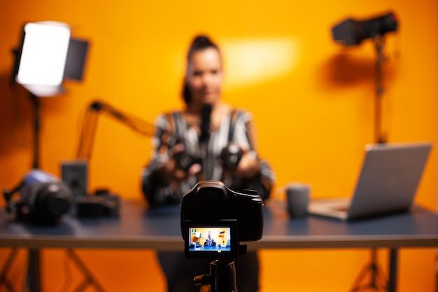 Professionele camera-opnamevlog van beroemde blogger