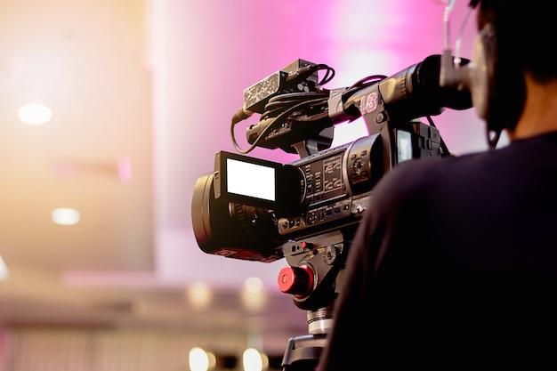 Professionele cameraman - die op gebeurtenis met een video behandelt