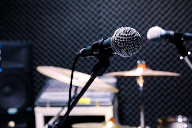 Professionele condensator studiomicrofoon, muzikaal concept. opname, selectieve focus microfoon in radiostudio, selectieve focus microfoon en vervagen muziekapparatuur gitaar,