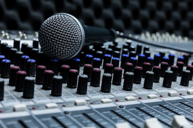 Professionele condensator studiomicrofoon, muzikaal concept. opname, selectieve focus microfoon in radiostudio, selectieve focus microfoon en vervagen muziekapparatuur,