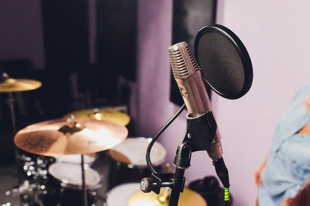 Professionele condensator studiomicrofoon, muzikaal concept. opname.
