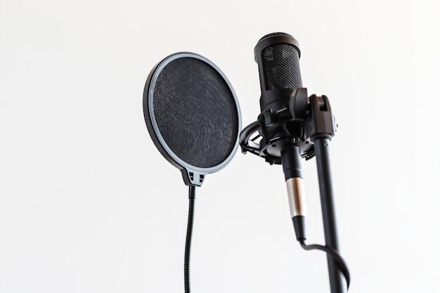 Professionele condensatormicrofoon met popfilter in een studio