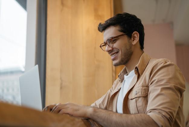 Professionele copywriter met behulp van laptop, typen op toetsenbord, werken vanuit huis