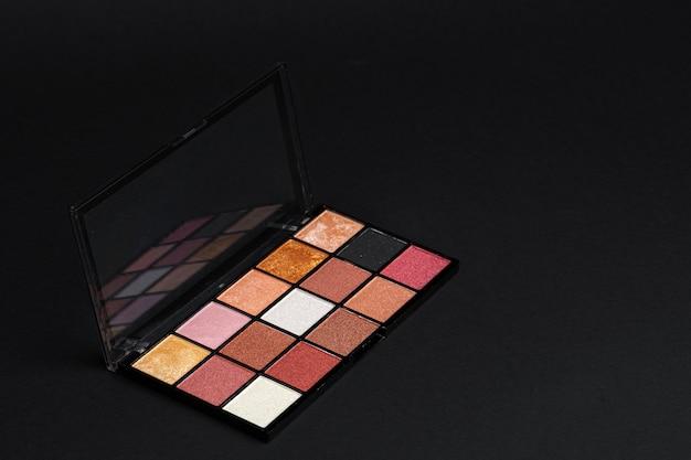 Professionele cosmetische kleurenpalet op een donkere achtergrond,