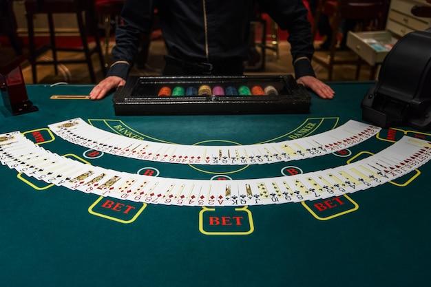 Professionele croupier tijdens kaarten