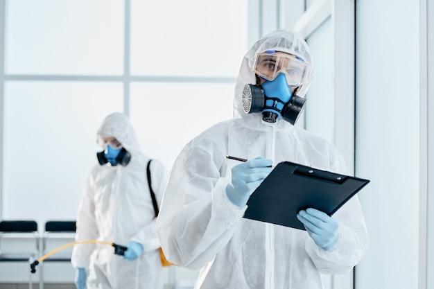 Professionele desinfector die aantekeningen maakt op het klembord