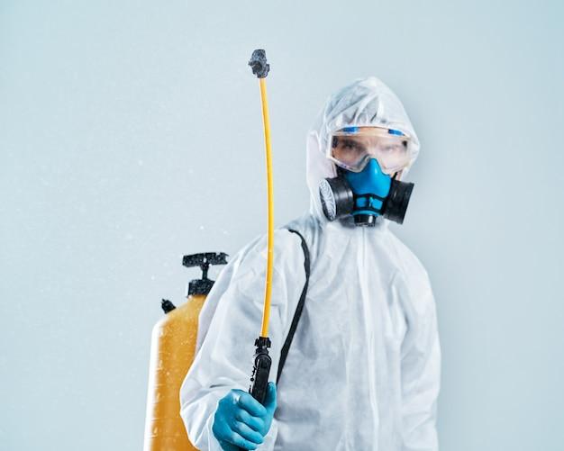 Professionele desinfector voert de behandeling uit met een antibacteriële spray