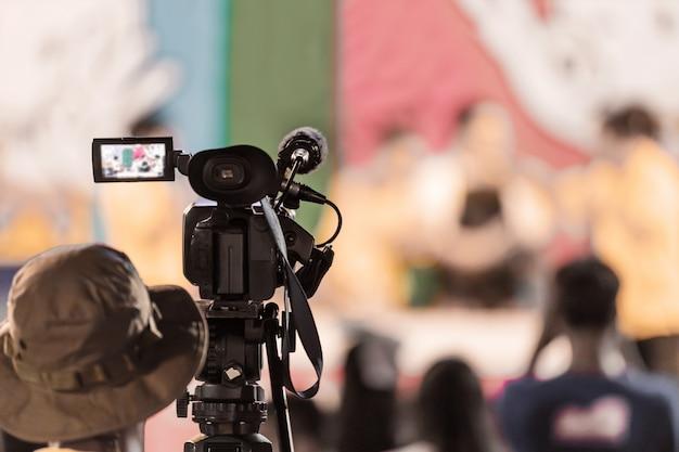 Professionele digitale videocamera-apparatuur bij het uitzenden van evenementen.