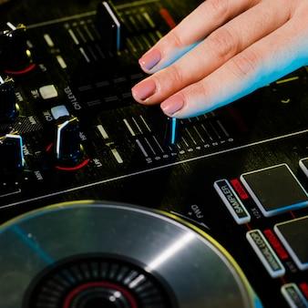 Professionele dj-mixer met hoge hoek