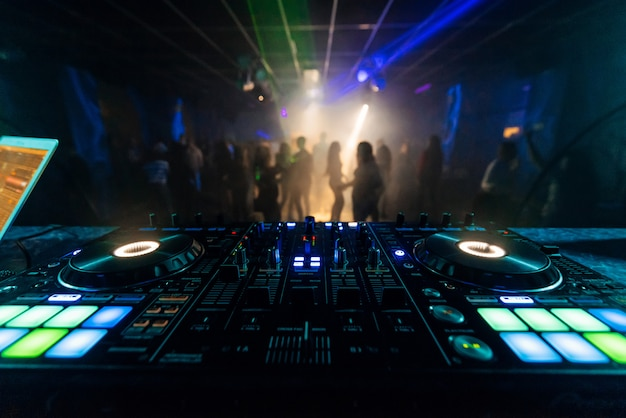 Professionele dj-mixercontroller voor het mixen van muziek in een nachtclub