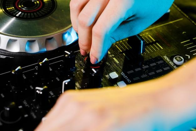 Professionele dj-soundboard met hoge hoek
