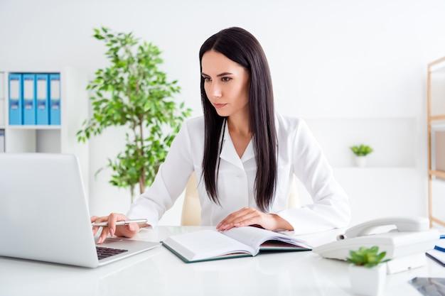 Professionele doc dame laptop in het ziekenhuiskantoor doorbladeren