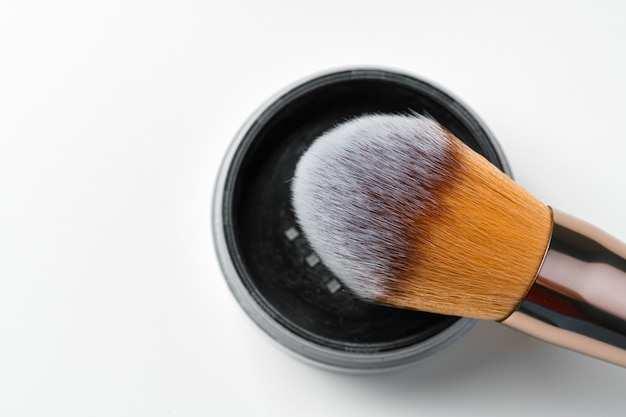 Professionele donkere make-up kwast, close-up.