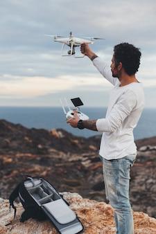 Professionele dronepiloot of stockfotograaf