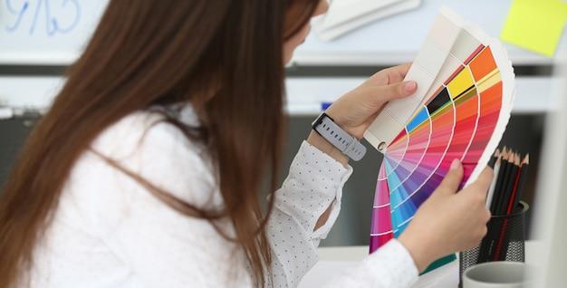 Professionele en getalenteerde kunstenaar met kleurenschema