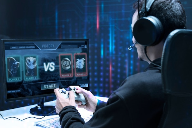 Professionele esport-gamer die in een speltoernooi speelt