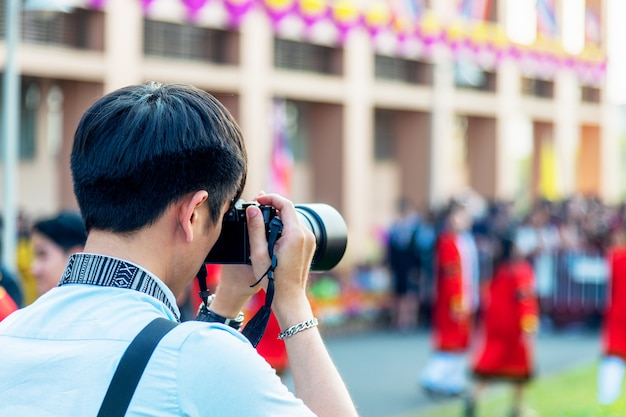 Professionele fotograaf concentreren en zijn passie voor fotografie voortzetten