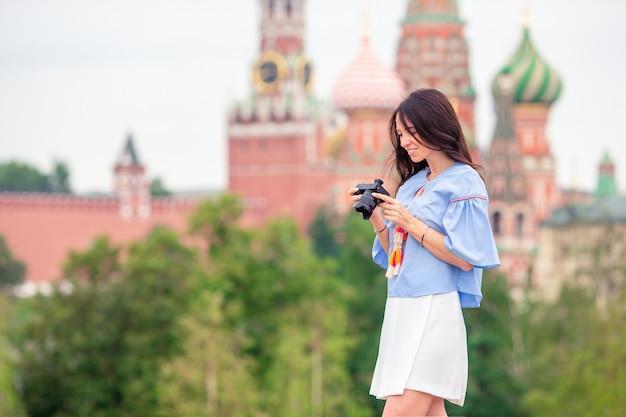Professionele fotograaf die een stadsfoto in openlucht neemt