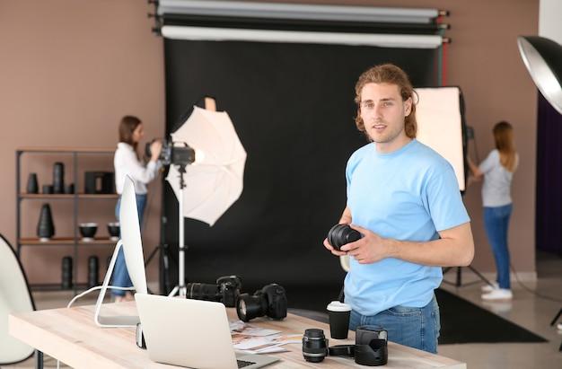 Professionele fotograaf die in moderne studio werkt