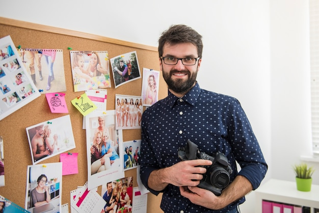 Professionele fotograaf die op kantoor werkt