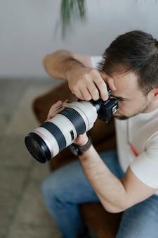Professionele fotograaf die thuis fotografeert