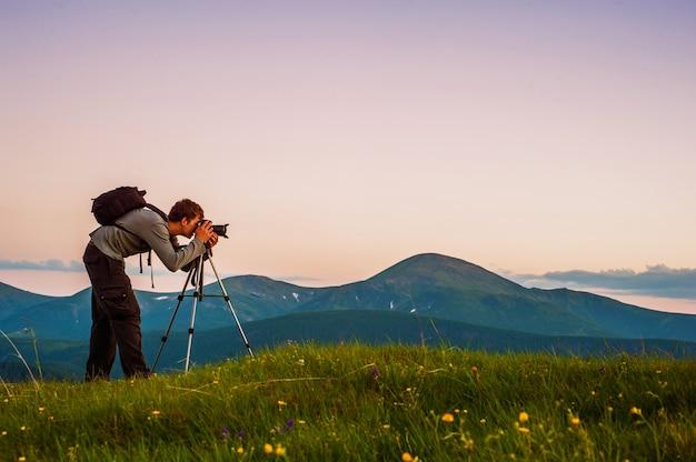 Professionele fotograaf door de bergen.