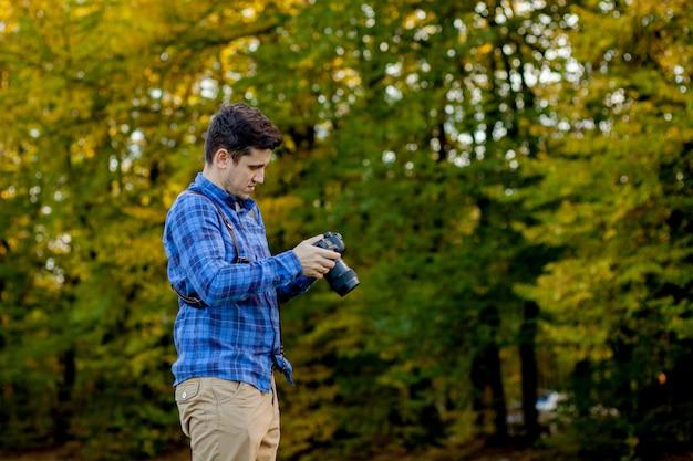 Professionele fotograaf in actie met twee camera's op een schouderband