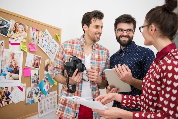 Professionele fotografen die op hun kantoor werken
