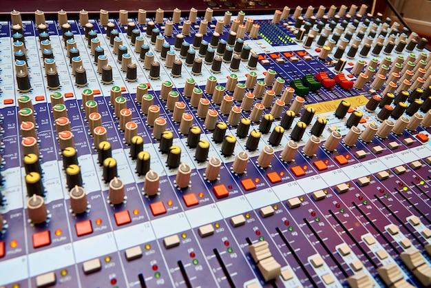 Professionele geluid bedieningspaneel close-up.
