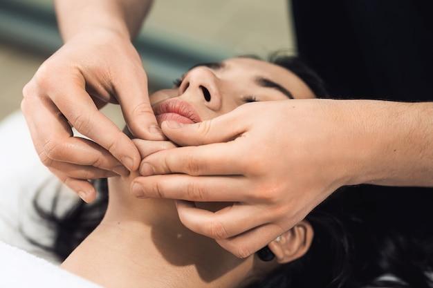 Professionele gezichtsmassage (kin).
