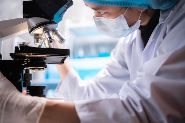 Professionele gezondheidszorg onderzoekers wetenschapper werkzaam in het leven van medisch wetenschappelijk laboratorium, wetenschappelijke technologie van geneeskunde chemie of biologie lap experiment testwerk voor arts in het ziekenhuis