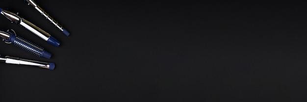 Professionele haarkrul- en stylingtool, vervangbare krultangen op zwart bureau