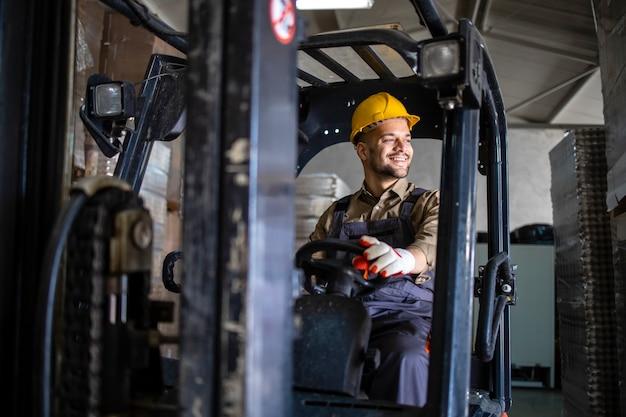Professionele heftruckbestuurder rijdende machine in magazijnopslagafdeling.
