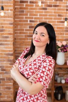Professionele huisartspsycholoog in glazen zit op kantoor in loftstijl en lacht naar de camera. psychotherapie. portret van een vrouwenpsychotherapeut