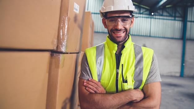 Professionele industrie werknemer close-up portret in de fabriek of het magazijn