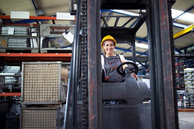 Professionele industriële chauffeur heftruckmachine in het magazijn van de fabriek.