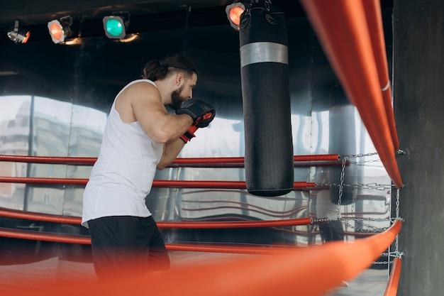 Professionele jonge bokser in de ring, oefen de techniek van stakingen, rack, verdediging en uithoudingsvermogen, nat op de training, voor de camera
