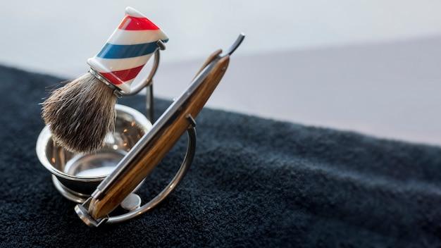 Professionele kapper die voor het scheren van baard op bureau wordt geplaatst