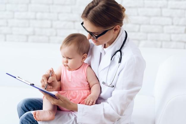 Professionele kinderarts examen voor de dokter pasgeboren