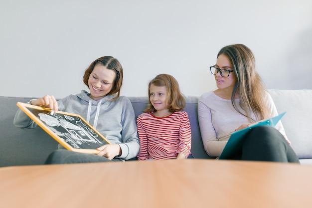 Professionele kinderpsycholoog die met familie werkt