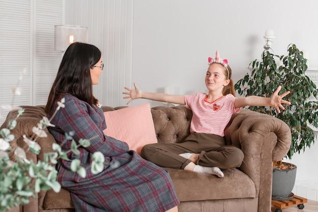 Professionele kinderpsycholoog met tienermeisje. tiener vertelt verhaal emotioneel zwaaiend met haar armen