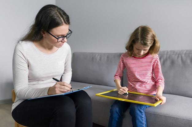 Professionele kinderpsycholoog praten met kind meisje in kantoor