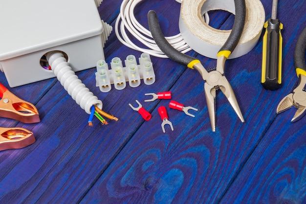 Professionele kit reserveonderdelen en gereedschappen voor elektrisch voorbereid voor reparatie of plaatsing op een blauwe houten planken
