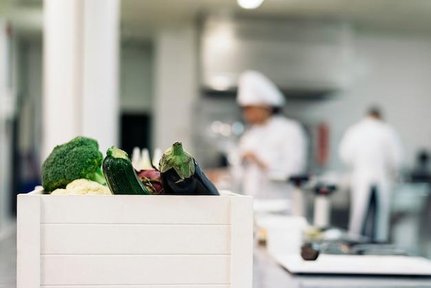 Professionele koks koken samen in een keuken.